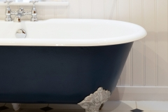 Feature roll top bath